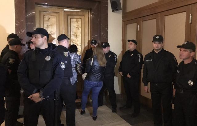 Вхід до Закарпатської облради ретельно охороняє поліція (ФОТО, ВІДЕО)