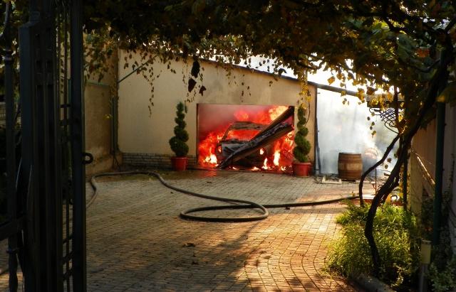 Пожежа у Паланку: вщент згорів гараж з автівкою всередині