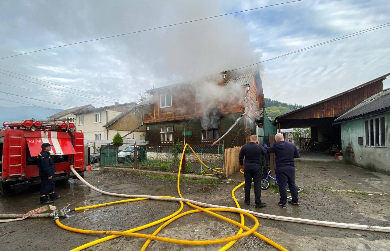Пожежа в Рахові: горів двоповерховий будинок (ФОТО)
