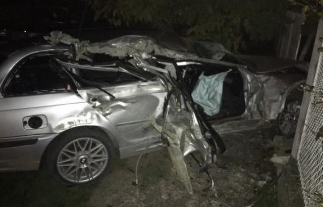 """На Виноградівщині """"BMW"""" влетіло у бетонну огорожу. 23-річіний пасажир загинув у швидкій (ФОТО)"""
