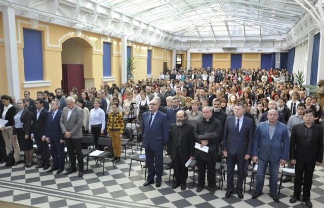 """""""Нас розглядають як емігрантів"""": у Берегові відібулися позачергові збори угорських педагогів Закарпаття"""