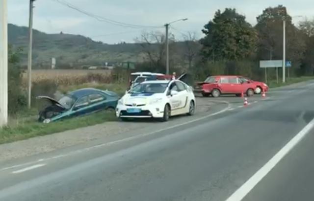 ДТП на трасі Київ-Чоп під Мукачевом: Daewoo — у канаві, ще 2 автівки пошкоджено (ВІДЕО)