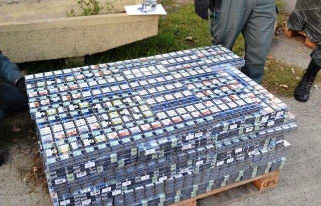 Везли яблука у Австрію: 150 тис. пачок українських сигарет виявили у каміоні в Угорщині