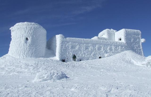 Зима прийшла: як на вершинах Карпат хуртовина людей зносить (ВІДЕО)