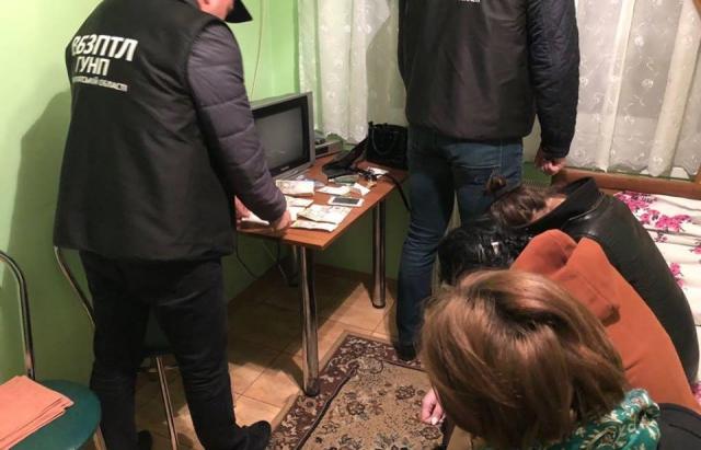 Як поліція затримувала 19-річну іршавську сутенерку з повіями у готелі (ВІДЕО)
