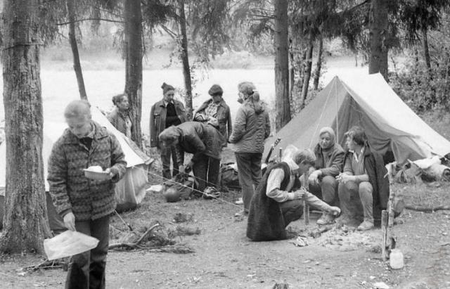 Історичні кадри: як у 60-х роках туристи гуляли Синевиром та варили уху в Карпатах (ВІДЕО)