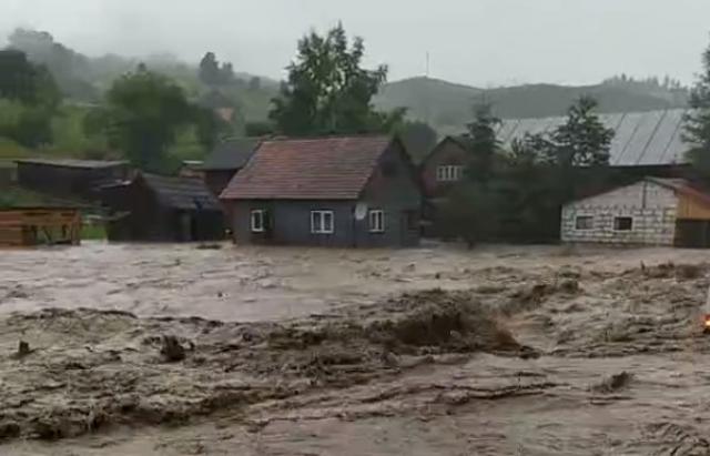 Негода на Рахівщині: злива перетворила вулиці на річки (ВІДЕО)