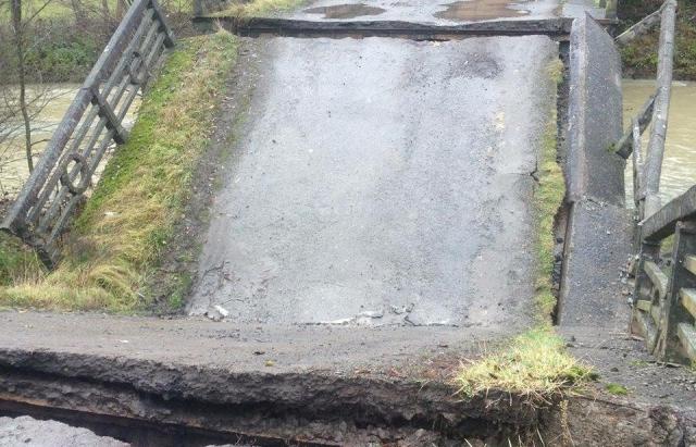 У закарпатському селі Забрідь рухнув аварійний міст