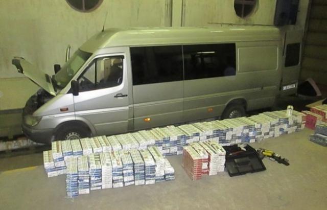 В Угорщині затримали український мікроавтобус, напакований сигаретами
