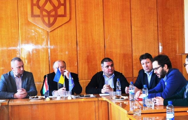 17 дипломатів з різних країн ЄС відвідали Берегово, аби дізнатися як живуть меншини (ФОТО)