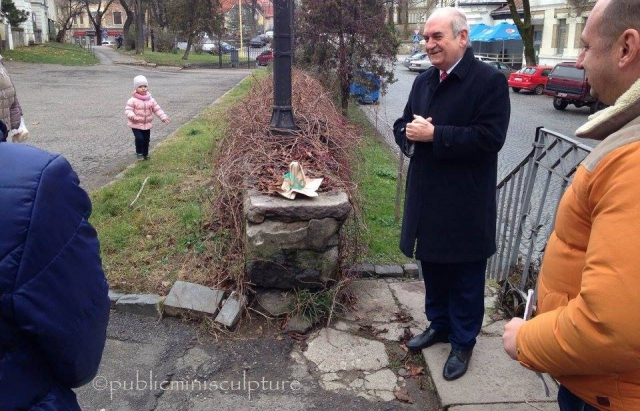 В Ужгороді з'явилися ще дві міні-скульптури — Лебедине озеро та Дзвін Свободи (ФОТО)