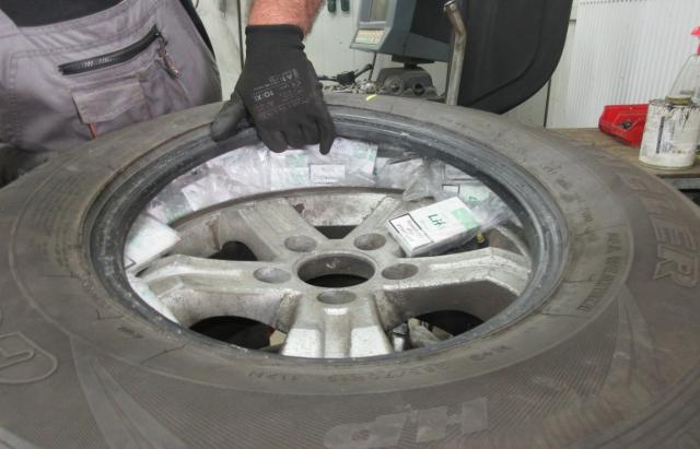 Ховав контрабанду в колесах: у Захоні вилучили 2500 пачок цигарок (ФОТО)