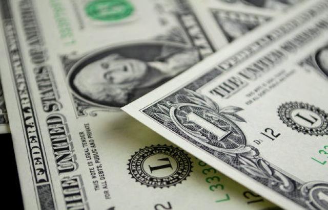 """Вже з 1 січня долар """"перевалить"""" за 28 грн, а євро — за 33 грн"""