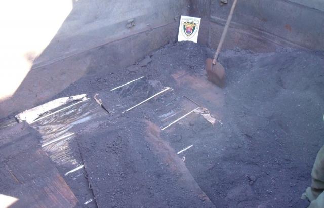"""Любителі """"слімок"""": 4100 пачок з Duty Free везли у Словаччину під залізною рудою (ФОТО)"""