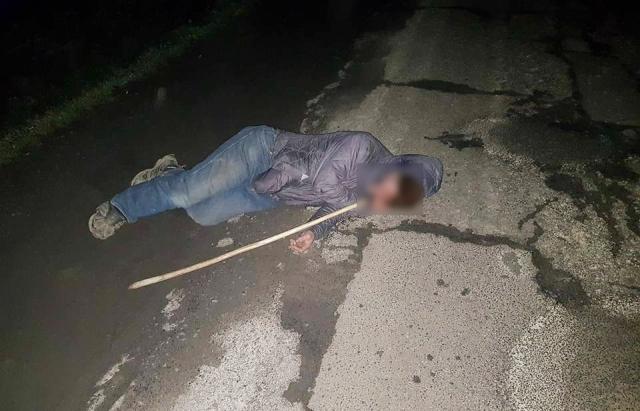 Людська байдужість: Мешканці Малого Березного проходили повз лежачого на дорозі безхатченка (ФОТО)