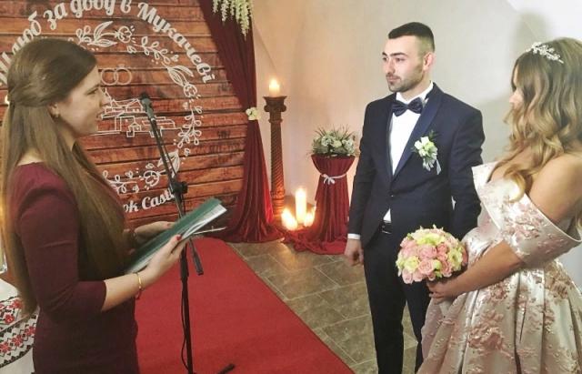 Гірко молодим: у замку Паланок уклали шлюб за добу