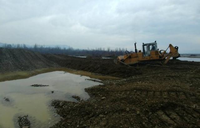 На Тячівщині відновлюють дамбу на річці Теребля (ФОТО)