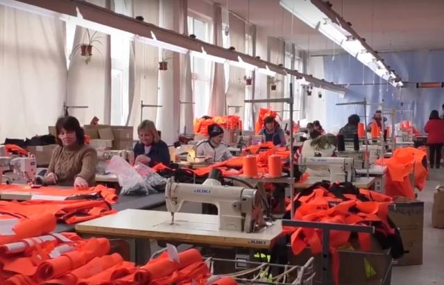 Закарпатці з обмеженими можливостями шиють рятувальні жилети для ЄС (ВІДЕО)