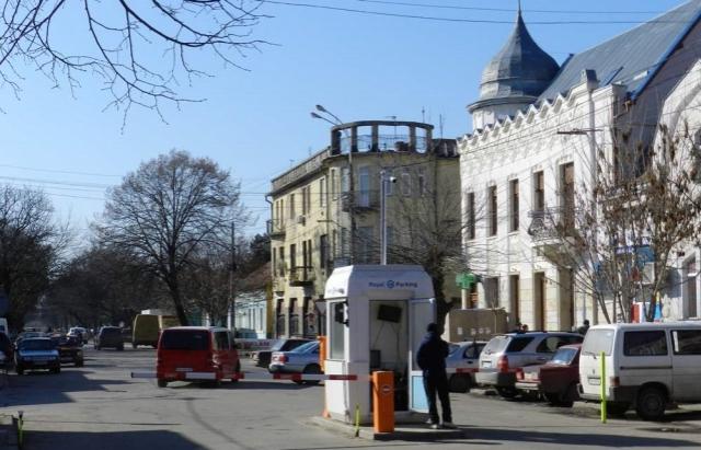 Шара закінчилася: у Берегові угорський підприємець запровадив платні автостоянки — 15 грн за годину