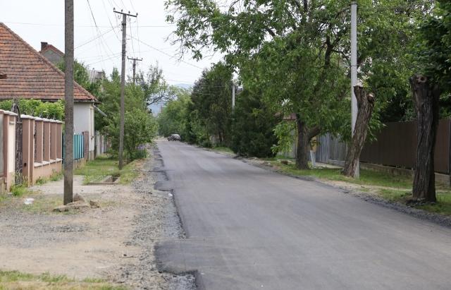 У Мукачеві активно асфальтують вулиці — лік іде на десятки (ФОТОФАКТ)