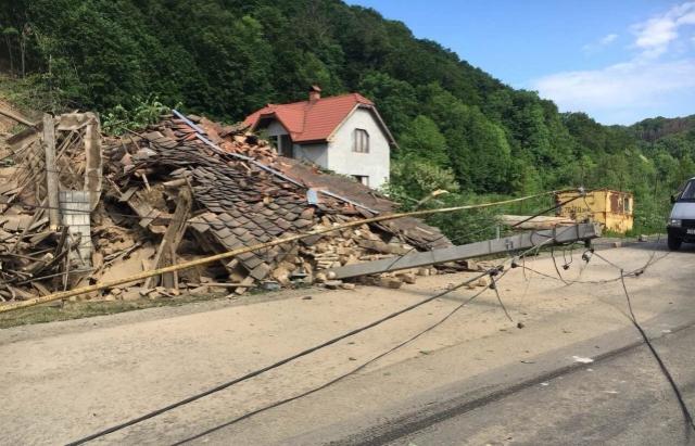 Зсув ґрунту під Мукачевом: під загрозою ще 5 будинків (ВІДЕО)