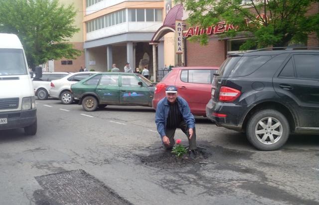 Квіти у ямах: У Рахові перейняли досвід Виноградова (ФОТО)