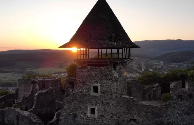 Відео дня: Невицький замок з хмар у форматі 4К
