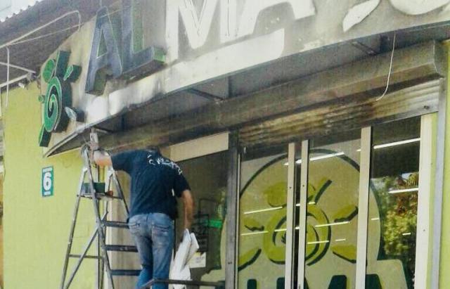 Підпал магазину в Мукачеві. Камери відео-нагляду зафіксували, хто це зробив