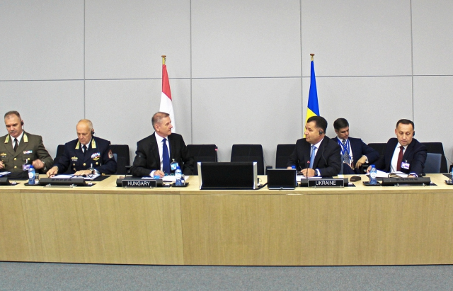 Добрий знак: міністри оборони України та Угорщини зустрілися у штаб-квартирі НАТО