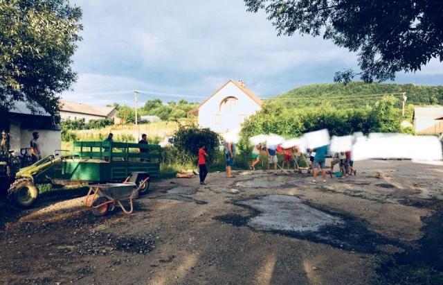 Мешканці села на Виноградівщині самотужки залатали дорогу (ФОТОФАКТ)