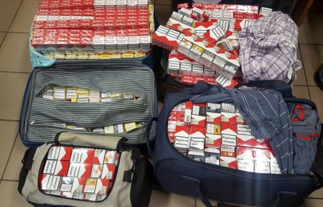 """На КПП """"Лужанка-Берегшурань"""" у водія автобуса з України було вилучено 2000 контрабандних сигарет"""