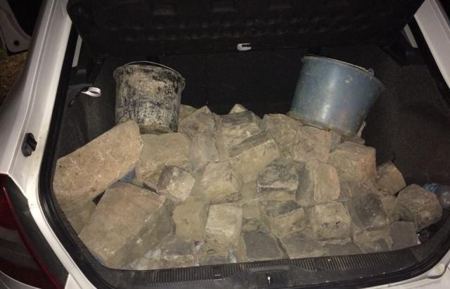2-є ужгородців напакували у Skoda повний багажник краденої бруківки