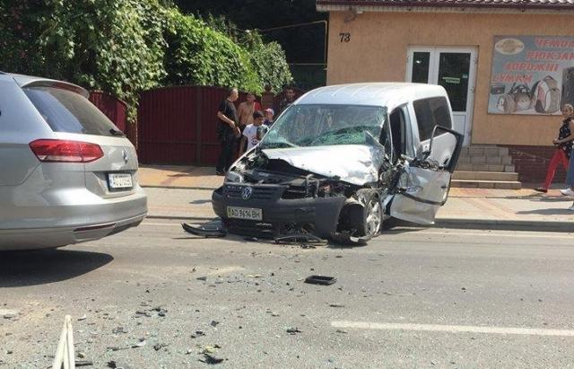 У Хусті зіткнулися Mercedes та Volkswagen — є постраждалі (ФОТО)
