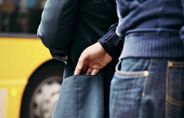 17-річна берегівчанка на вокзалі Львова витягла з кишені іноземця 10 тисяч доларів