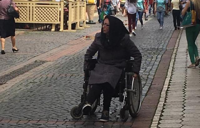Агресивну жінку, яка плюється на перехожих в Мукачеві, лікарі визнали здоровою (ФОТО)
