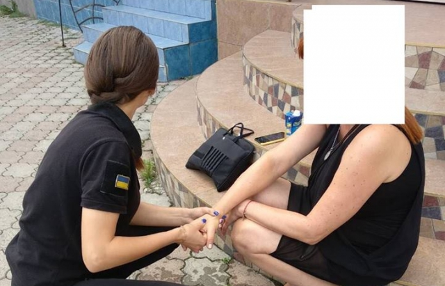 """У Мукачеві жінці стало зле посеред вулиці — допомогла """"Муніципальна міліція"""" (ФОТО)"""