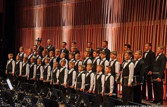 Хор хлопчиків та юнаків з Мукачева виступив на фестивалі у Франції (ФОТО)