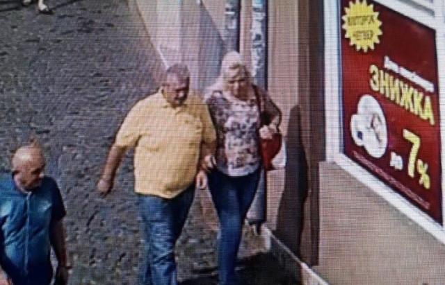 Пара, що підібрала втрачену сумку в центрі Мукачева, повернула її власнику