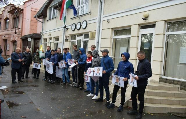 У Берегові пікетували угорське консульство (ФОТО)