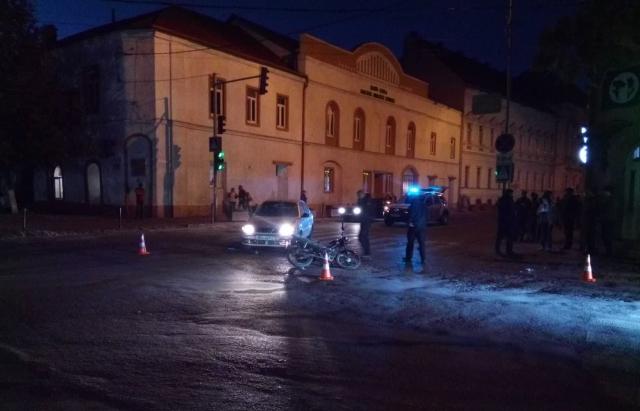 У Берегові водій на Daewoo зіткнувся з мотоциклістом (ФОТО)