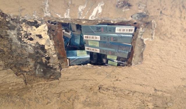 """Контрабанда на """"Лужанці"""": Українець запакував у """"євробляху"""" 438 пачок цигарок (ФОТО)"""