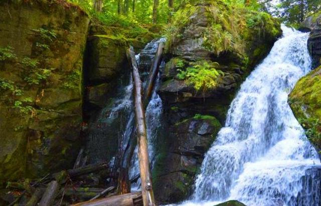 Неймовірні пейзажі і пікнік біля підніжжя водоспаду: Маловідомі туристичні маршрути Закарпаття (ВІДЕО)