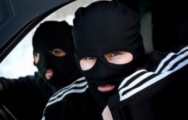 Розбій року: Троє у масках увірвались в будинок тячівки та вкрали 74 гривні