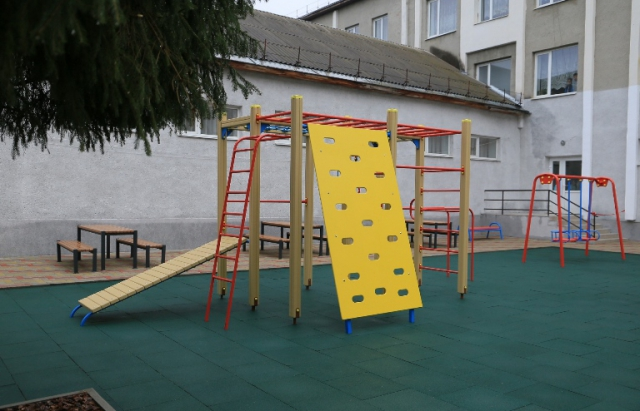 У мукачівській ЗОШ №13 відкрили ігровий майданчик — проект громадських ініціатив