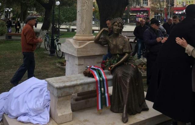 У Берегові відкрили скульптуру відомій акторці Шарі Федак (ФОТО)