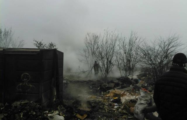 Рятувальники майже 3 години гасили вогонь на сміттєзвалищі в Сваляві (ФОТО)