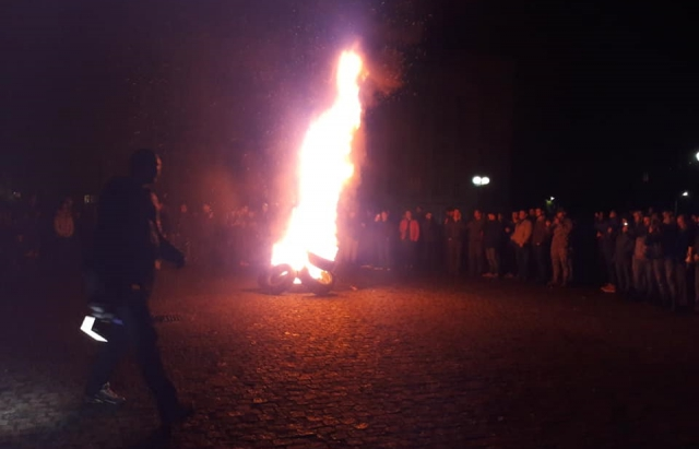 Під Закарпатською ОДА запалили шини (ФОТОФАКТ)