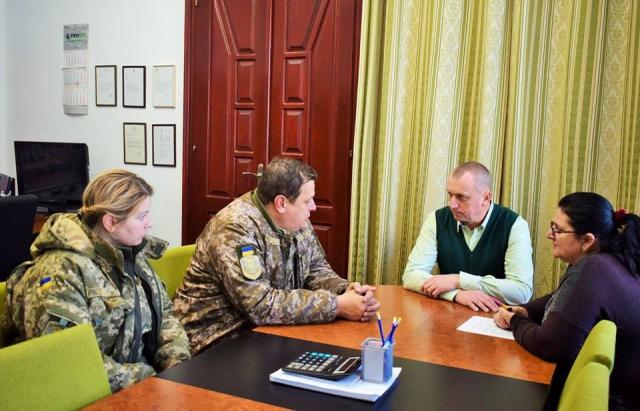 Мерія Берегова допомагає військовій частині з будматеріалами та інструментами