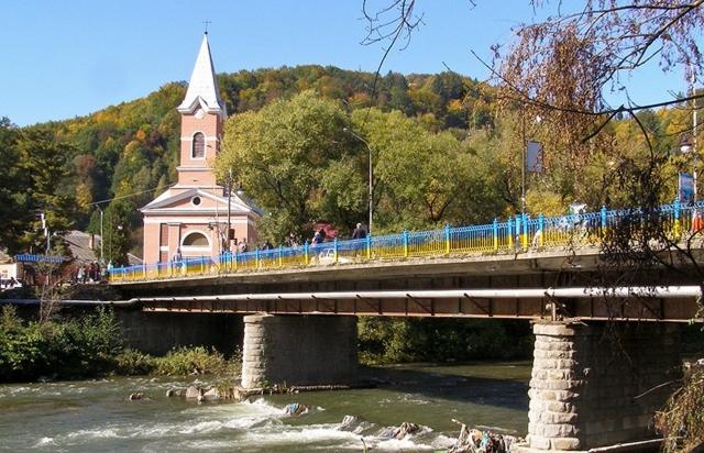 Самогубство на Закарпатті: чоловік стрибнув з 6-метрового мосту. Подробиці від поліції