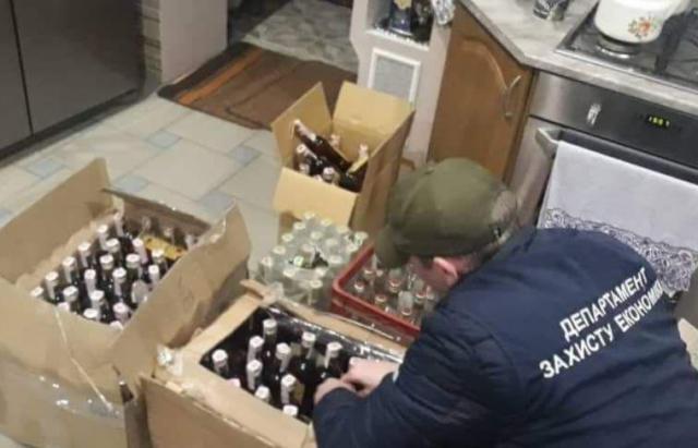 Обережно, фальсифікат: Правоохоронці Ужгорода зловили ділків за підробку «Закарпатського» коньяку
